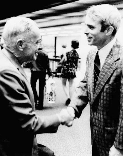 Trong bức ảnh chụp ngày 31/3/1973, đô đốc John S. McCain Jr. (trái) và con trai là trung úy John S. McCain III hội ngộ tại Jacksonville, Florida.