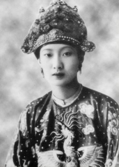 Hoàng hậu Nam Phương mặc hoàng phục, bức ảnh được biết đến nhiều nhất của b
