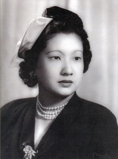 Nét quý phái của Hoàng hậu Nam Phương trong Âu phục, đầu thập niên 1950.