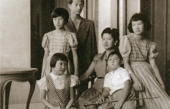 Nam Phương Hoàng hậu và 5 người con tại biệt thự Thorenc khoảng năm 1950.