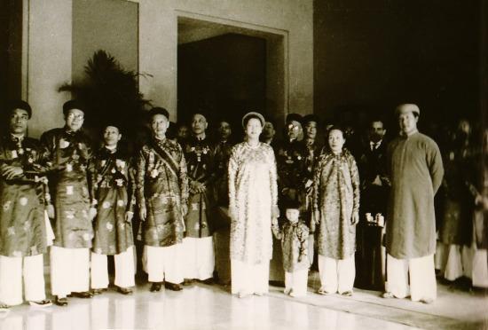Hoàng hậu Nam Phương cùng vua Bảo Đại, Đức Từ cung, Hoàng tử Bảo Long và các quan lại triều Nguyễn.