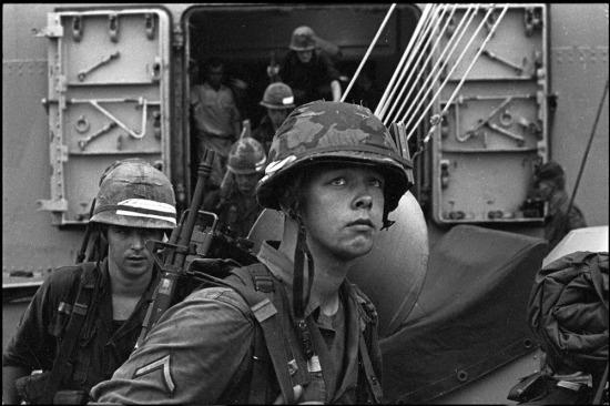 Những đoàn quân Mỹ đầu tiên đổ bộ vào miền Nam Việt Nam năm 1965.