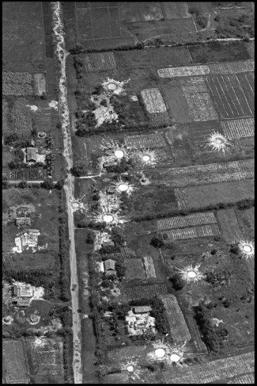 Một ngôi làng Việt Nam sau khi bị pháo binh Mỹ bắn phá nhìn từ trên không, tháng 10/1965.