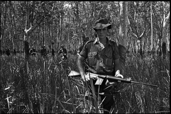 Quân Australia tuần tra tại vùng rìa của Khu D, 22/10/1965