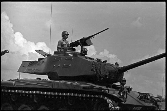 Xe tăng của quân đội VNCH trên đường cao tốc Biên Hòa – Sài Gòn, 30/10/1965.
