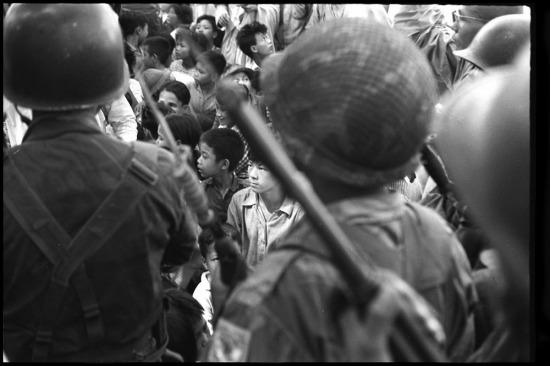Diễu hành phía trước Đại sứ quán Mỹ ở Sài Gòn, 8/2/1965.