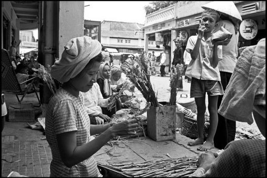 Người phụ nữ bán hoa cúng ở làng Phú Hòa, Long Xuyên, 13/8/1965.