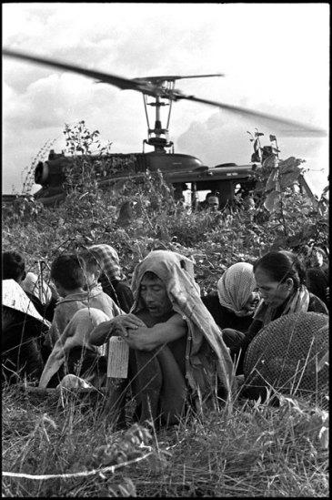 """Dân làng bị canh giữ để chờ tản cư cùng Lữ Đoàn Dù 173 sau trận dội bom của máy bay B-52 tại vùng """"Tam Giác Sắt"""", 13/10/1965"""