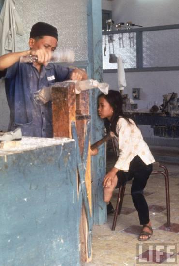 Vào thời điểm đó, Tròn và bố mẹ đang tản cư tại làng An Diên, gần căn cứ Lai Khê (nay thuộc địa phận huyện Bến Cát, tỉnh Bình Dương).Trước đó, ngôi làng cũ gần Sài Gòn nơi Tròn và gia đình sinh sống đã bị lính Mỹ xóa sổ do nằm trong vùng kiểm soát của quân Giải phóng.