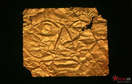 Lá vàng dập nổi hình mặt người, thế kỷ 5 - 1 TCN.