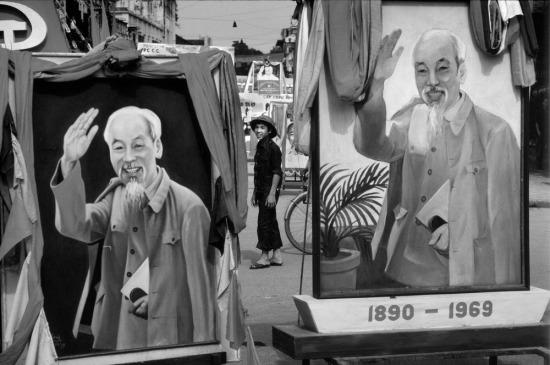 Chân dung Chủ tịch Hồ Chí Minh xuất hiện trang trọng trong buổi lễ.