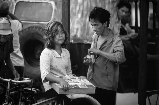 Một bé gái là con lai Mỹ - Việt bán thuốc lá dạo ở TP HCM.