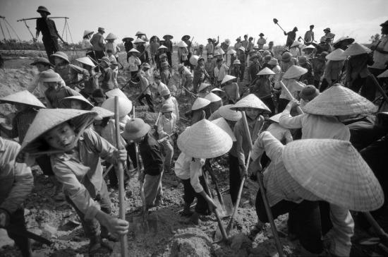 Dân làng đào kênh dẫn nước vào đồng ruộng.