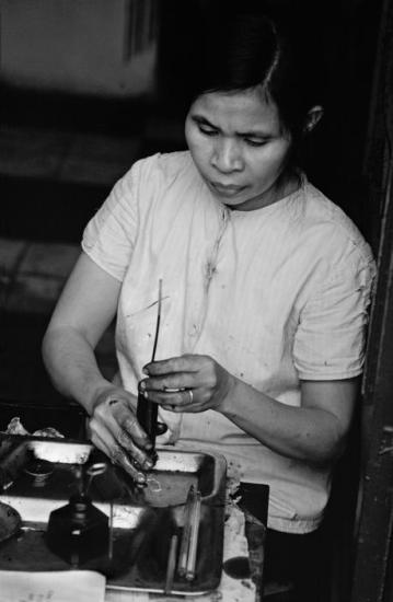 Đổ mực bút bi, một nghề trên phố phường Hà Nội thời hậu chiến.