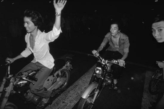 Những người trẻ tuổi đua xe máy vào buổi đêm tại TP HCM, một hoạt động bị luật pháp ngăn cấm.