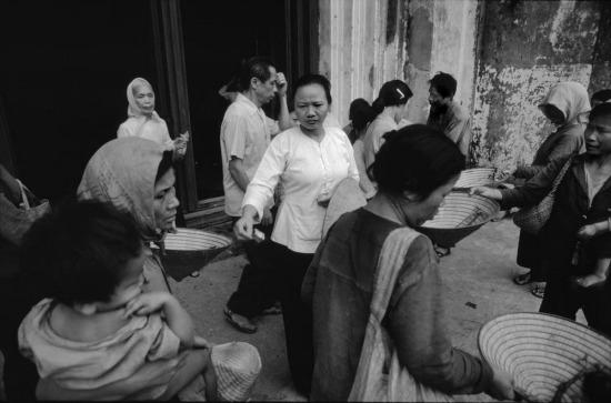 Những người ăn xin phía ngoài nhà thờ Lớn, Hà Nội.