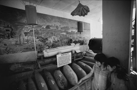 Du khách xem những quả bom tại Bảo tàng Chứng tích chiến tranh ở TP HCM.