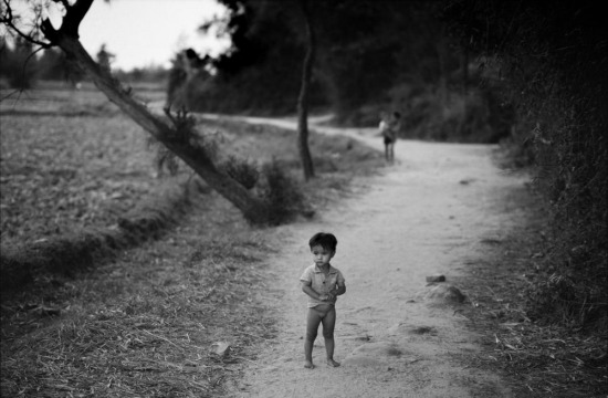 Một đứa trẻ trên con đường lịch sử ở Mỹ Lai, nơi 504 dân thường vô tội đã bị lính Mỹ thảm sát năm 1968.