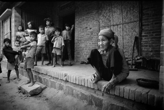Một cụ bà, người đã trải qua ít nhất 2 cuộc chiến tranh và những đứa trẻ đang được lớn lên trong hòa bình.