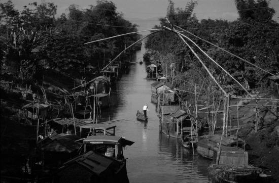Trên một con kênh ở đồng bằng sông Cửu Long.