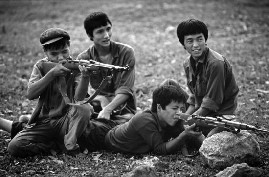 Các thanh niên tập quân sự tại công viên Lênin, Hà Nội.