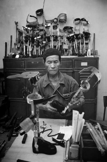 Bên cạnh thương binh chiến tranh, những vụ tai nạn do nổ bom mìn còn sót lại xảy ra hàng ngày khiến nhu cầu về chân tay giả ở Việt nam thời hậu chiến rất cao.
