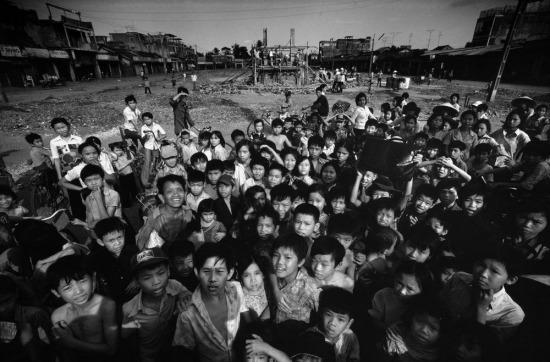 Trẻ em ở Xuân Lộc - thị trấn từng bị hủy hoại nặng nề khi không lực Sài Gòn thả một quả bom nhiệt áp CBU-55, loại vũ khí phi hạt nhân tàn bạo nhất trong kho vũ khí của Mỹ nhằm tiêu diệt sinh lực quân đội Giải phóng.