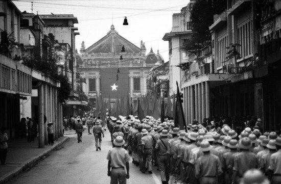 Các chiến sĩ diễu hành về Nhà Hát Lớn trong buổi lễ kỷ niệm chiến thắng ở Hà Nội.