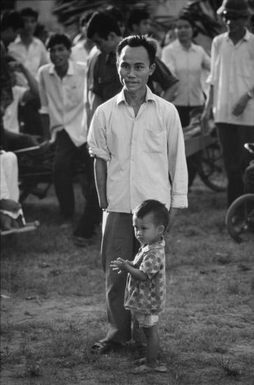 Người thương binh và đứa con xem đá bóng.