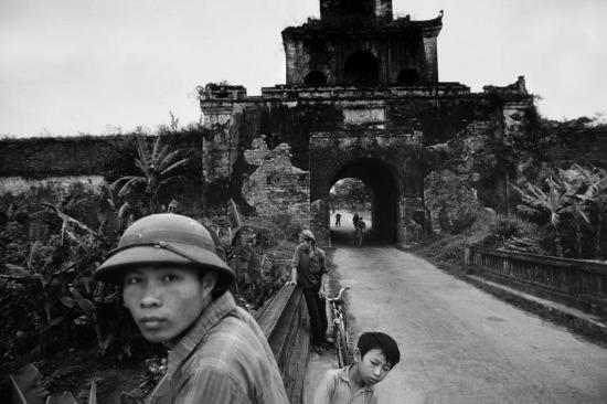 Một chiến sĩ đứng gần cánh cổng của Hoàng thành Huế.