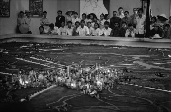 Du khách xem sa bàn tái hiện chiến dịch giải phóng Sài Gòn ở Bảo tàng Quân đội, Hà Nội.