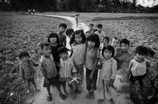 Những đứa trẻ Mỹ Lai đứng trên con đường làng, nơi 12 năm trước rất nhiều người họ hàng của chúng đã bị lính Mỹ thảm sát.