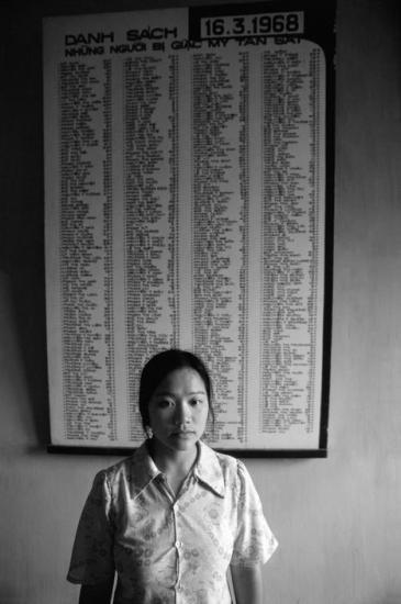 Một người dân làng Mỹ Lai đứng trước bản danh sách các nạn nhân của vụ thảm sát ngày 17/2/1968.