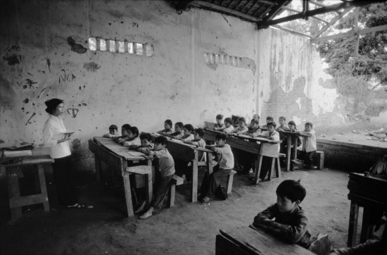 Lớp học ở miền quê, nơi việc khắc phục hậu quả chiến tranh diễn ra chậm hơn vùng đô thị.