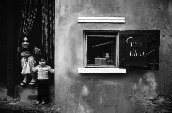 Một quán giải khát mở tại nhà riêng, dấu hiệu hiếm hoi của kinh tế tư nhân tại Việt Nam sau chiến tranh.