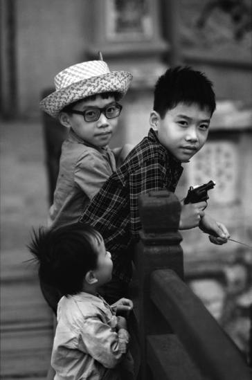 Trẻ em trên cầu Thê Húc, Hà Nội.