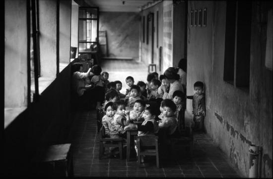 Trong một vườn trẻ, nơi trẻ em được hưởng bữa trưa miễn phí.