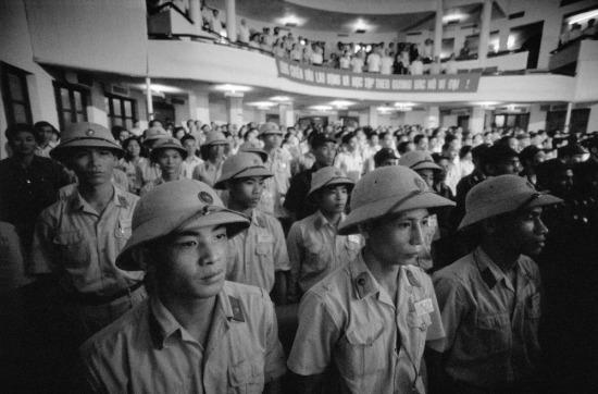 Các chiến sĩ trẻ tham gia buổi mít-tinh tại nhà hát TP HCM.