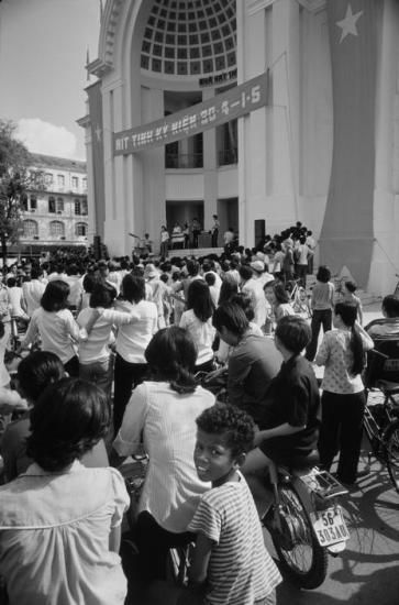 """Một cậu bé người Việt lai """"Mỹ đen"""" đi xem biểu diễn văn nghệ mừng ngày 30/4."""