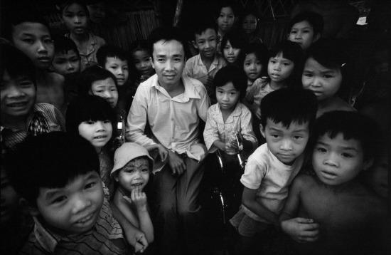 Trẻ em tập trung quanh một thương binh để nghe kể chuyện.