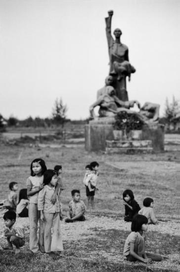 Một tượng đài được dựng lên để tưởng nhớ những người dân vô tội bị giết hại trong chiến tranh.