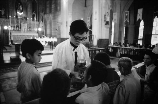 Một buổi sáng chủ nhật trong nhà thờ Lớn, Hà Nội.