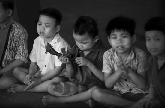 Nhiều đứa trẻ trong trại có cha mẹ đã mất trong cuộc chiến tranh Việt nam.