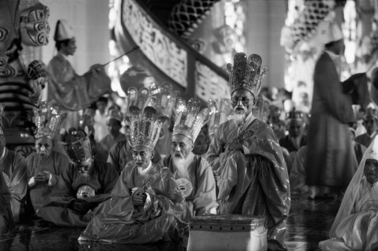 Bên trong đền thờ, các tu sĩ Cao Đài tiến hành các buổi lễ 8 tiếng một lần.