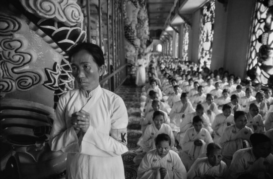 Tín đồ đạo Cao Đài mặc một kiểu áo dài màu trắng, chia thành hai bên nam nữ khi hành lễ.