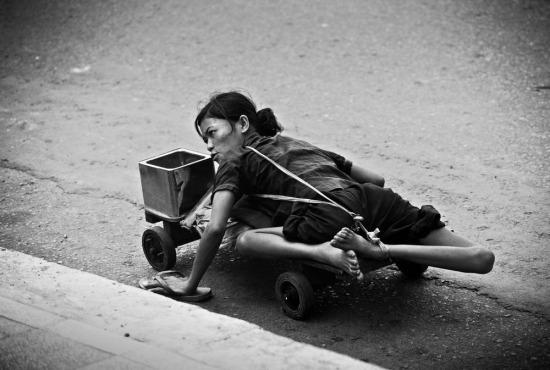 Một người ăn xin tàn tật trên đường phố của TP HCM.