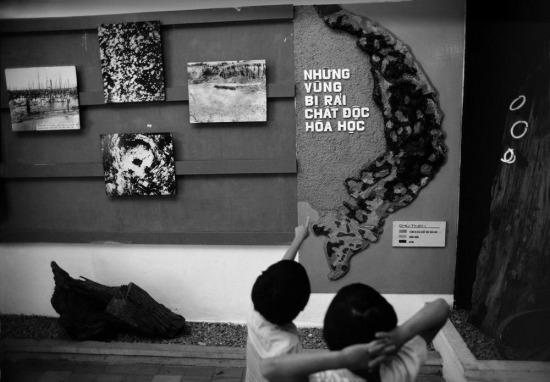 Trẻ em trong bảo tàng Chứng tích chiến tranh, TP HCM.