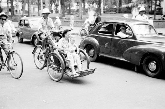 Hai mẹ con người Pháp đi xích lô ở Sài Gòn.