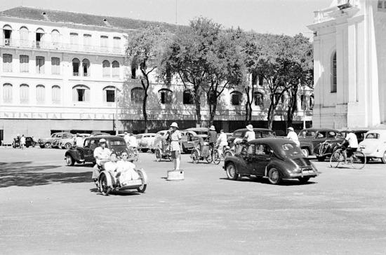 Cảnh sát giao thông đứng trước Nhà hát Thành phố.