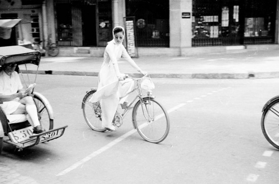 Thiếu nữ áo dài đạp xe.